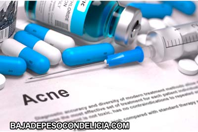 variedad de remedios, cremas o lociones para prevenir los brotes de acné