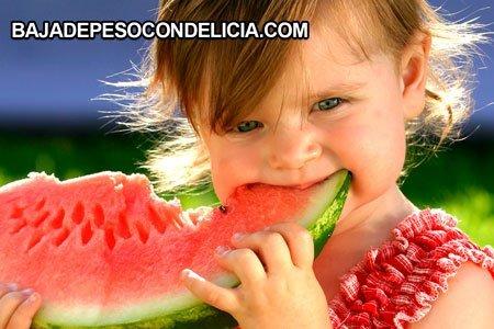 Frutas para adelgazar nena con un trozo de sandía